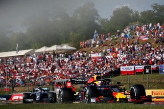 Max Verstappen, Red Bull Racing RB15 precede Lewis Hamilton, Mercedes AMG F1 W10