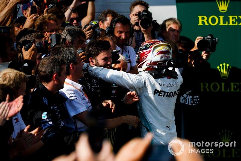 Lewis Hamilton, Mercedes AMG F1, 1ª posición, celebra la victoria con su equipo en el Parc Ferme