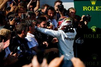 Lewis Hamilton, Mercedes AMG F1, viert zijn zege met zijn team in parc fermé
