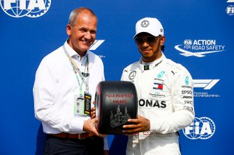 Pole Sitter Lewis Hamilton, Mercedes AMG F1 receives the Pirelli Pole Position Award