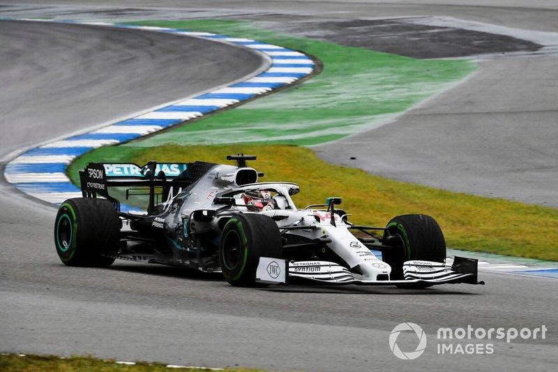 Mercedes no tenía preparados los neumáticos e hicieron que Hamilton perdiera mucho tiempo. Fue una escena impropia del equipo líder, que tardó 50.3 segundos en cambiar el morro y los neumáticos.
