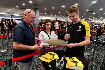 Nico Hulkenberg, Renault F1 Team firma un autografo ad un fan