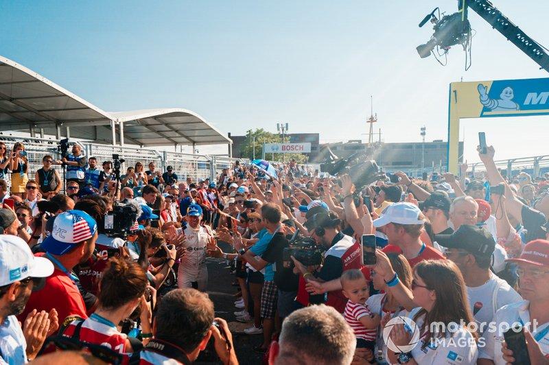 Il vincitore della gara Robin Frijns, Envision Virgin Racing si fa strada tra il pubblico verso il podio