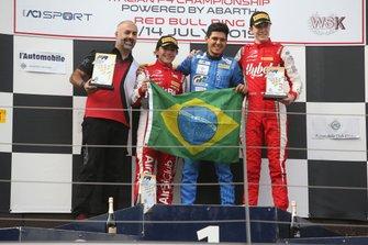 Enzo Fittipaldi e Igor Fraga com a bandeira do Brasil no pódio