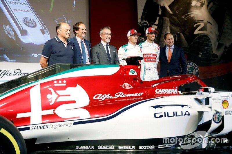 Antonio Giovinazzi, y Kimi Raikkonen con la decoración especial del Alfa Romeo Racing C38 para Monza