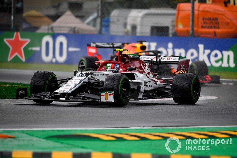 Antonio Giovinazzi, Alfa Romeo Racing C38, precede Max Verstappen, Red Bull Racing RB15