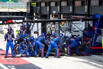 Daniil Kvyat, Toro Rosso STR14, s'arrête au stand