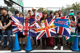 Fans outside of the AMG Mercedes F1 garage