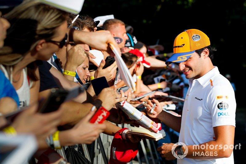 Carlos Sainz Jr., McLaren firma un autógrafo para un fan.