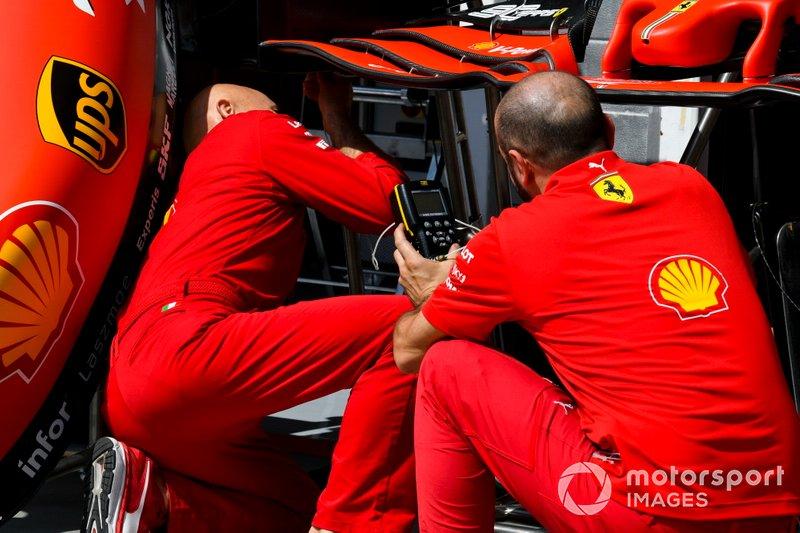 Meccanici Ferrari con un musetto della Ferrari SF90