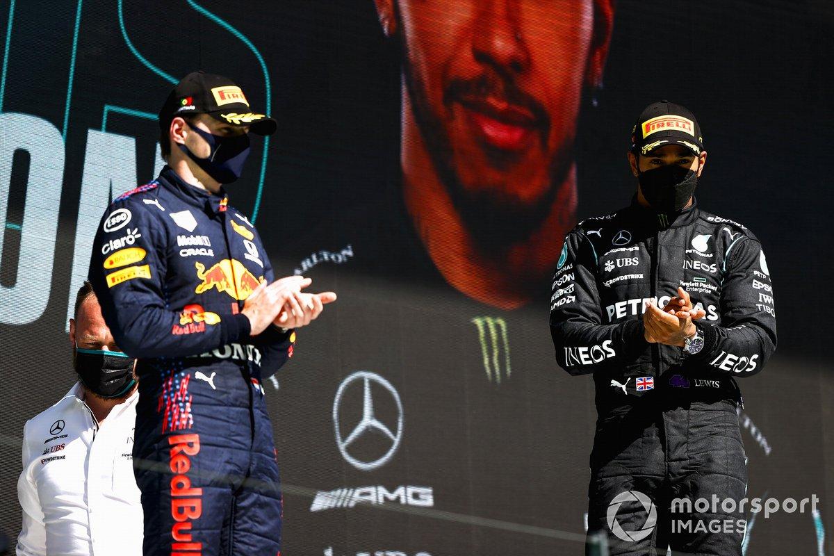 Podio: segundo lugar Max Verstappen, Red Bull Racing y el ganador Lewis Hamilton, Mercedes