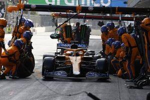 Daniel Ricciardo, McLaren MCL35M, dans les stands