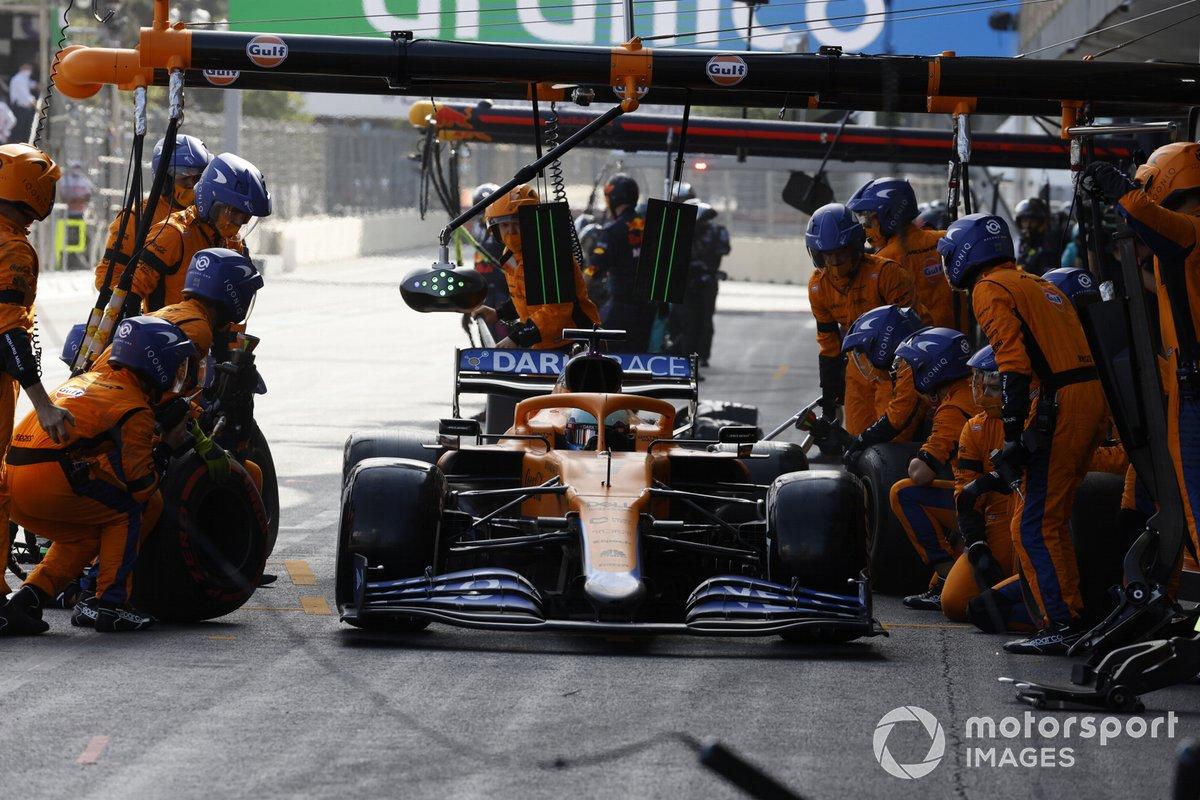 Daniel Ricciardo, McLaren MCL35M, ai box