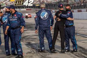 Ganador Martin Truex Jr., Joe Gibbs Racing, Toyota Camry Auto-Owners Insurance celebra la victoria con el jefe de equipo James Smalls