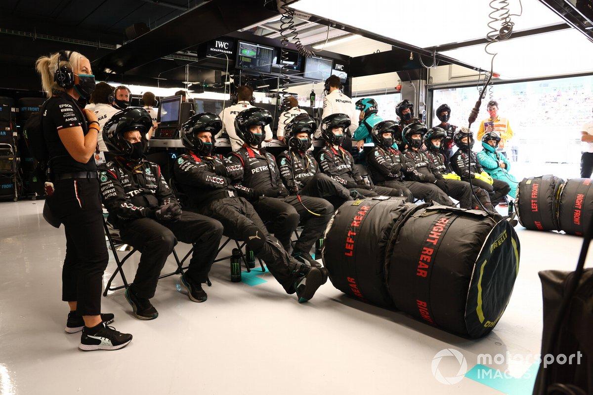 Los mecánicos de Mercedes en el garaje