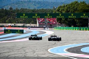 Sebastian Vettel, Aston Martin AMR21, battles with Lewis Hamilton, Mercedes W12