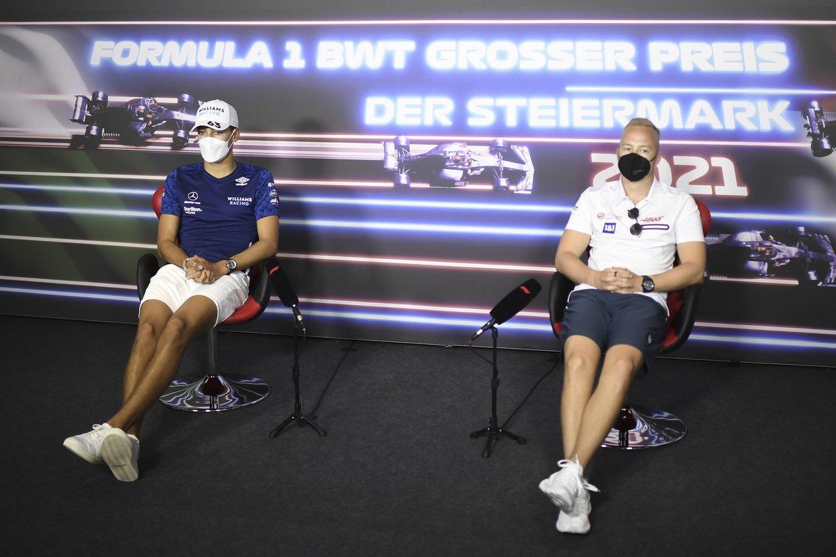 George Russell, Williams, Nikita Mazepin, Haas F1 en la conferencia de prensa