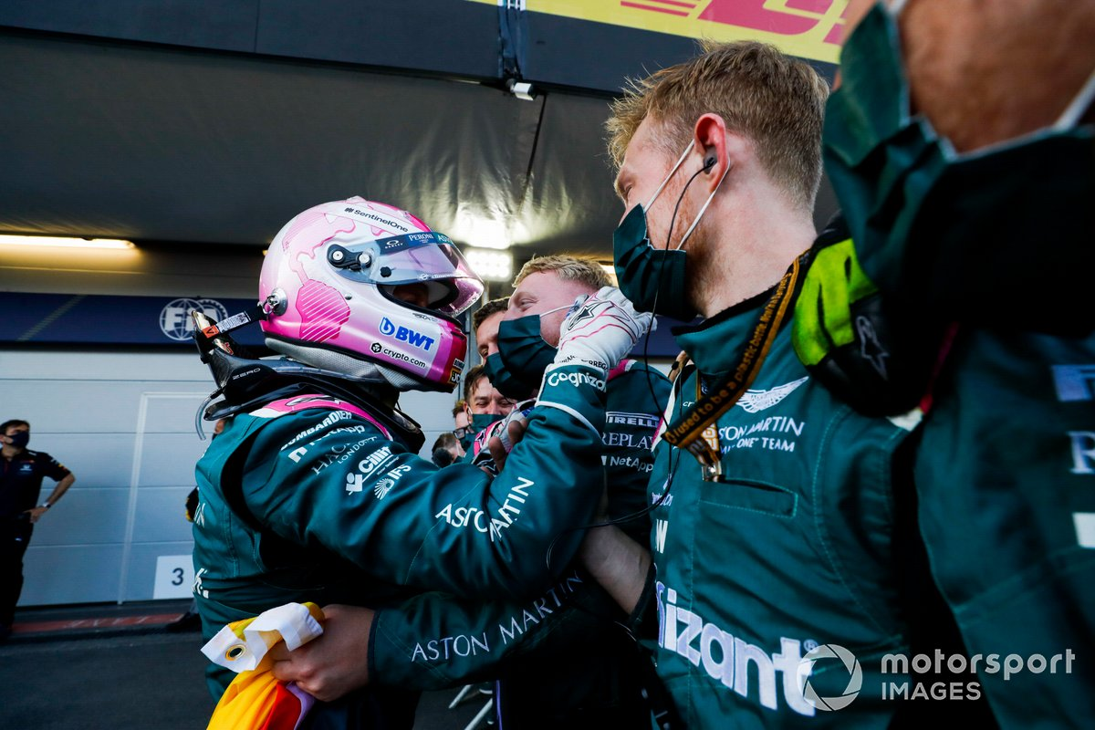 Sebastian Vettel, Aston Martin, 2ª posición, celebra en Parc Ferme