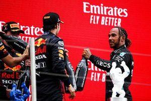 Le 3ᵉ, Sergio Perez, Red Bull Racinga et le 2ᵉ, Lewis Hamilton, Mercedes, se félicitent sur le podium
