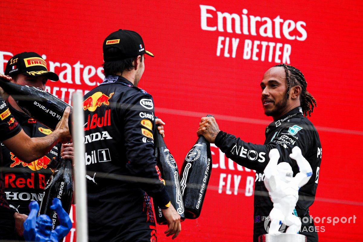 Sergio Perez, Red Bull Racing, 3° classificato, e Lewis Hamilton, Mercedes, 2° classificato, si congratulano a vicenda per il podioSergio Perez, Red Bull Racing, 3° classificato, e Lewis Hamilton, Mercedes, 2° classificato, si congratulano a vicenda per il podio