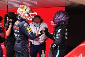 Le vainqueur Max Verstappen, Red Bull Racing, le 2ᵉ, Sir Lewis Hamilton, Mercedes, se félicitent dans le parc fermé