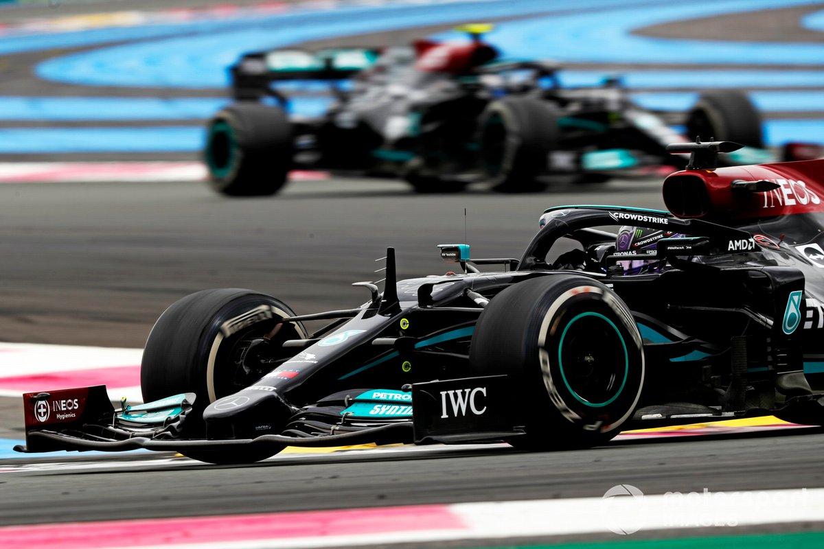Sir Lewis Hamilton, Mercedes W12, precede Valtteri Bottas, Mercedes W12
