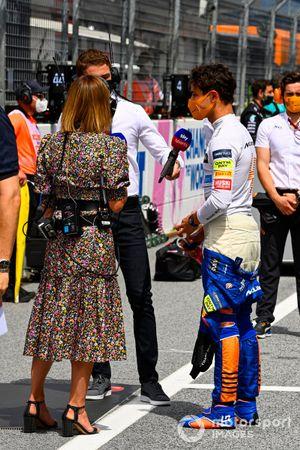Lando Norris, McLaren, wordt geïnterviewd door Nathalie Pinkham en Paul di Resta, Sky Sports F1