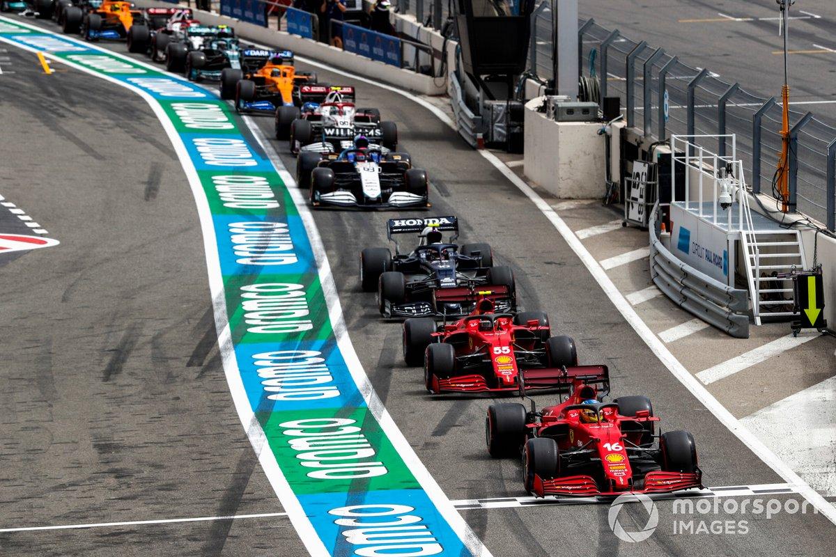 Charles Leclerc, Ferrari SF21, Carlos Sainz Jr., Ferrari SF21, Pierre Gasly, AlphaTauri AT02, encabezan la fila para salir de los boxes tras la bandera roja en la Q1