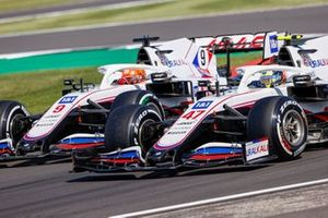 Mick Schumacher, Haas VF-21, battles with Nikita Mazepin, Haas VF-21