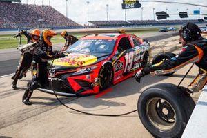 Martin Truex Jr., Joe Gibbs Racing, Toyota Camry Bass Pro Shops pit stop