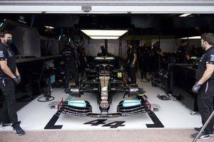 Monteurs met de auto van Lewis Hamilton, Mercedes W12