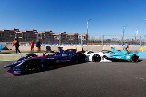 Tom Dillmann, NIO Formula E Team, NIO Sport 004, colpisce Robin Frijns, Envision Virgin Racing, Audi e-tron FE05, in pit lane