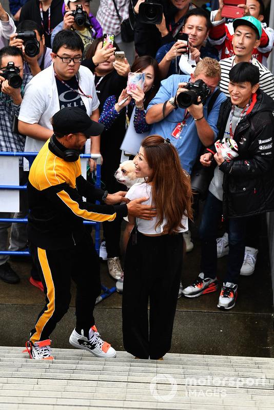 Lewis Hamilton, Mercedes AMG F1 un fan con un perro