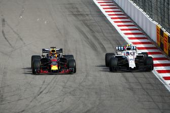 Daniel Ricciardo, Red Bull Racing RB14, passes Sergey Sirotkin, Williams FW41
