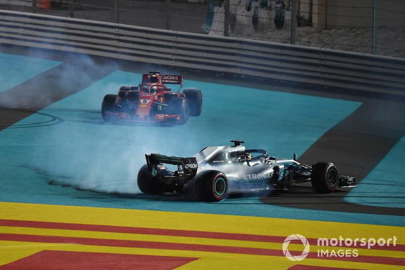 Lewis Hamilton, Mercedes-AMG F1 W09 y Sebastian Vettel, Ferrari SF71H hace donuts al final de la carrera