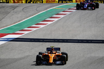 Stoffel Vandoorne, McLaren MCL33, leads Pierre Gasly, Scuderia Toro Rosso STR13