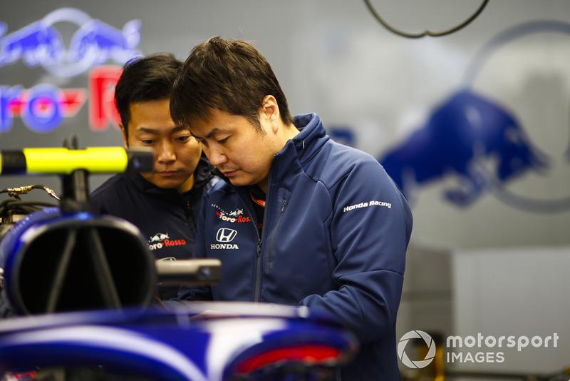 Сотрудники Scuderia Toro Rosso за работой