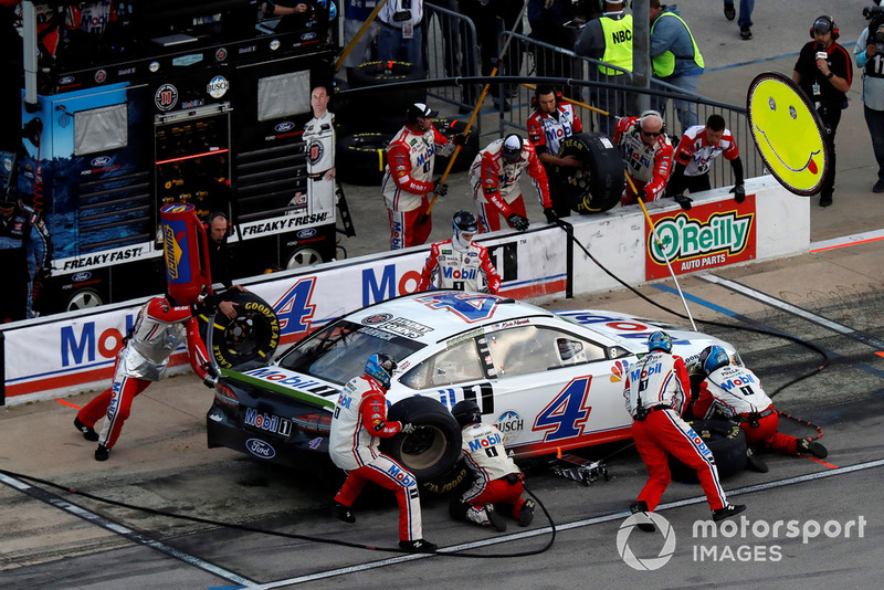 Kevin Harvick, Stewart-Haas Racing, Ford Fusion Mobil 1, pit stop