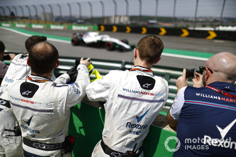 Los miembros del equipo Williams fotografían a Sergey Sirotkin, Williams FW41 Mercedes