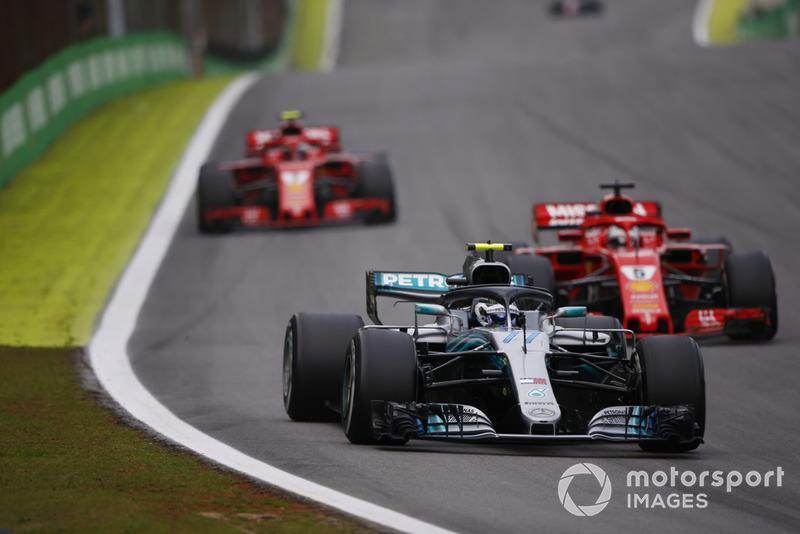 Valtteri Bottas, Mercedes AMG F1 W09, Sebastian Vettel, Ferrari SF71H, y Kimi Raikkonen, Ferrari SF71H.