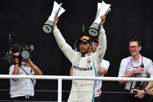 Lewis Hamilton, Mercedes AMG F1 fête sa victoire sur le podium avec le trophée