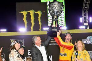 NASCAR Cup-Champion 2018: Joey Logano, Team Penske, Ford Fusion, mit NASCAR-Präsident Steve Phelps