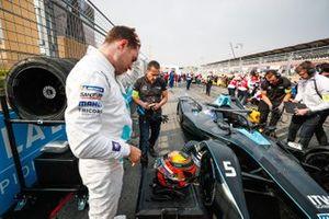 Stoffel Vandoorne, HWA Racelab stands beside his VFE-05 on the grid