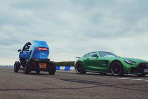 El Mercedes-AMG GT R se enfrenta al Renault Twizy marcha atrás