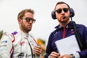 Sam Bird, Envision Virgin Racing with his engineer on the grid