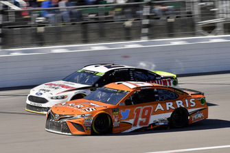 Daniel Suarez, Joe Gibbs Racing, Toyota Camry ARRIS e Brad Keselowski, Team Penske, Ford Fusion Discount Tire