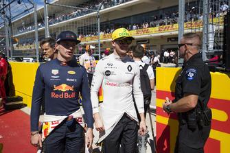 Max Verstappen, Red Bull Racing, en Nico Hulkenberg, Renault Sport F1 Team, op de grid