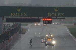 Bandera roja detiene la carrera por primera vez.