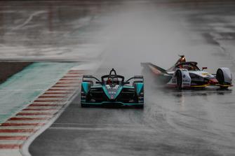 Mitch Evans, Panasonic Jaguar Racing, Jaguar I-Type 3 leads Daniel Abt, Audi Sport ABT Schaeffler, Audi e-tron FE05 as he spins in the wet conditions