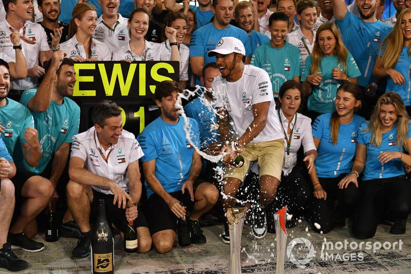 Lewis Hamilton, Mercedes AMG F1 celebrates with the team